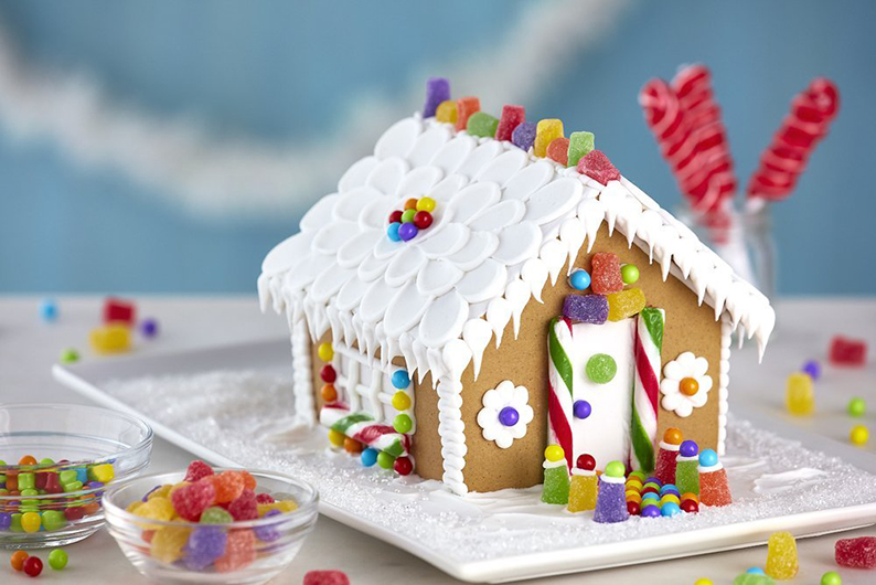 Mickey And Minnie Mouse Christmas Holiday Gingerbread House Craft Kit